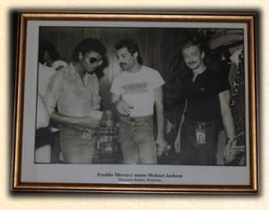 Freddie_Mercury_John_Deacon_Michael_Jackson3